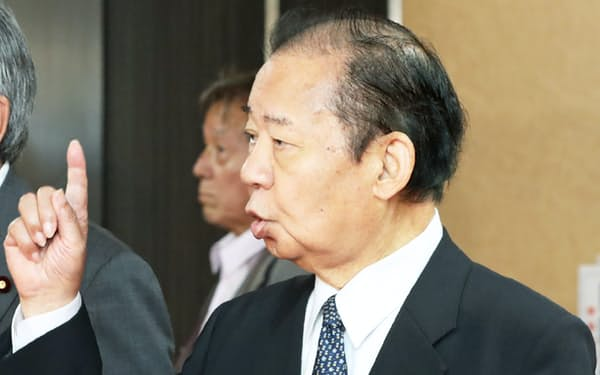役員会に臨む自民党の二階幹事長(30日、党本部)