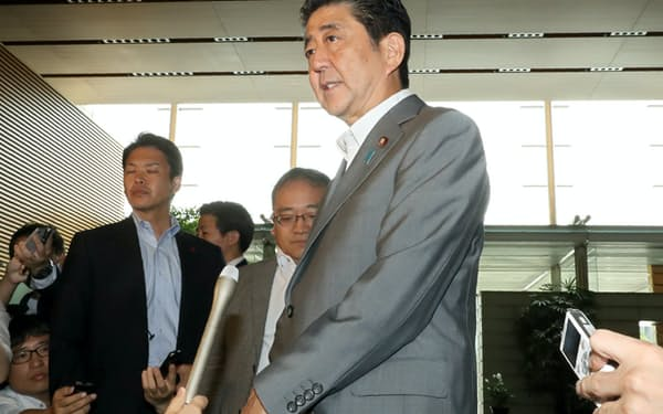 相次ぐ北朝鮮の飛翔体発射について記者の質問に答える安倍首相(31日午前、首相官邸)