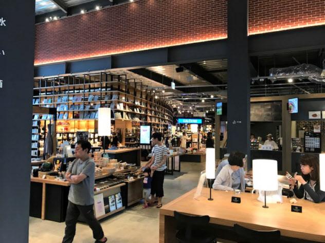 レストラン、物販、書籍が一体となった蔦屋書店(北海道江別市)