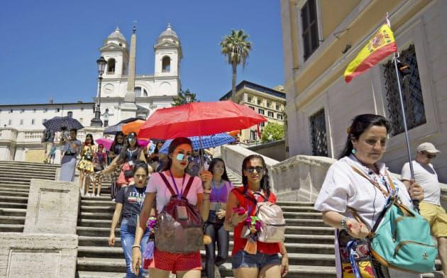 イタリアも猛暑に見舞われているが、景気はさえない(6月、ローマ)=AP