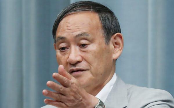 記者会見する菅官房長官(31日午前、首相官邸)