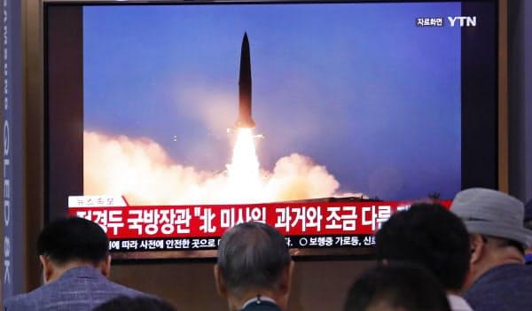 北朝鮮が短距離弾道ミサイルを発射したことを伝えるテレビ(ソウル)=AP