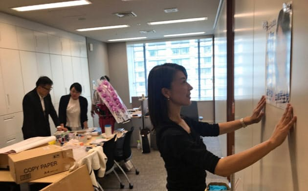 塩村文夏氏は秘書と相談しながらレイアウトを決めていた