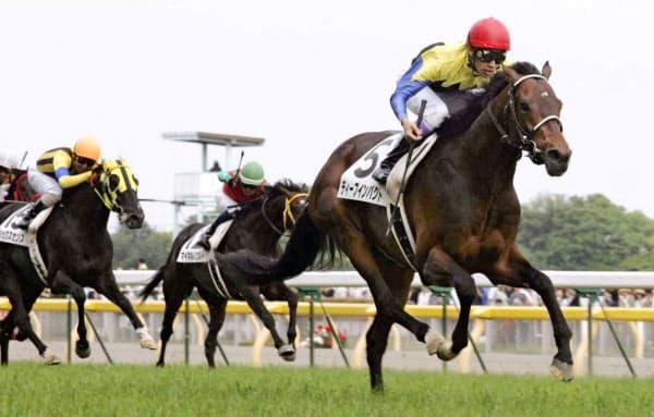 2005年5月、日本ダービーを制した武豊騎乗のディープインパクト=共同