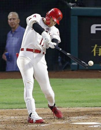 タイガース戦の3回、三塁内野安打を放つエンゼルス・大谷(30日、アナハイム)=共同