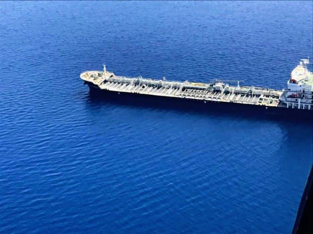 ホルムズ海峡近くで攻撃を受けた後のタンカー「KOKUKA COURAGEOUS」=オマーン湾(イランの英語衛星テレビ、プレスTVのツイッターから)=共同