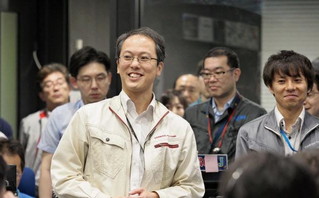 2度目の着陸成功に喜ぶ関係者。中央が津田プロジェクトマネージャー(JAXA提供)