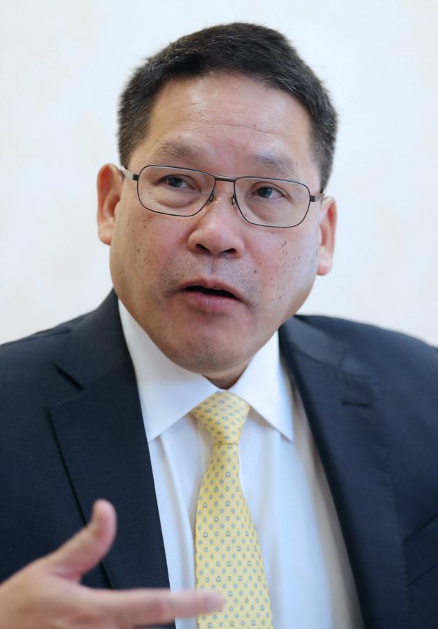 記者の質問に答えるタイのウッタマ・サーワナヨン財務相(31日、東京都品川区)