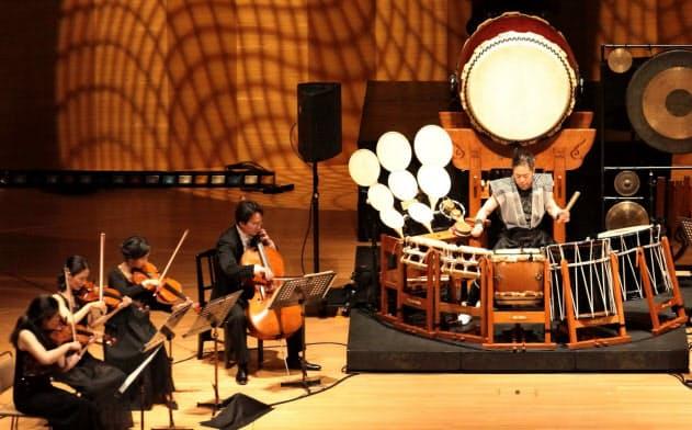 和太鼓と弦楽器の白熱の掛け合い=Sakae Oguma撮影