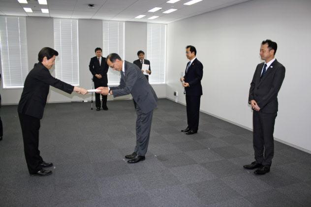 5Gの免許交付を受ける通信3社の担当者(東京・千代田、総務省関東総合通信局)