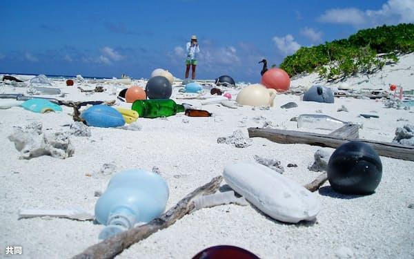 米ハワイ州の離島の海岸に打ち上げられたプラスチックごみ=米海洋大気局提供・共同