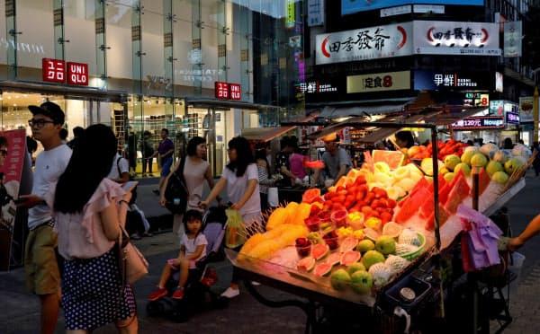 中国大陸から台湾には2018年に100万人を超える個人観光客が訪れた(台北市内の商店街を歩く観光客ら)=ロイター