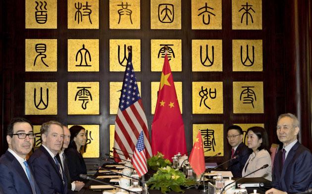 31日、上海で貿易協議に臨むライトハイザーUSTR代表(左から2人目)と中国の劉鶴副首相(右)=ロイター
