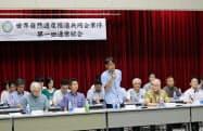 総会であいさつする日本トランスオーシャン航空の青木紀将社長(中央)