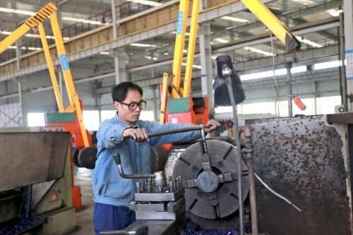 米国との貿易戦争で製造業の業況が低迷している(安徽省の鉱山機械工場)=AP