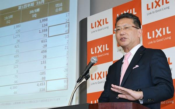 決算発表するLIXILグループの瀬戸欣哉社長兼CEO(31日、東京都中央区)