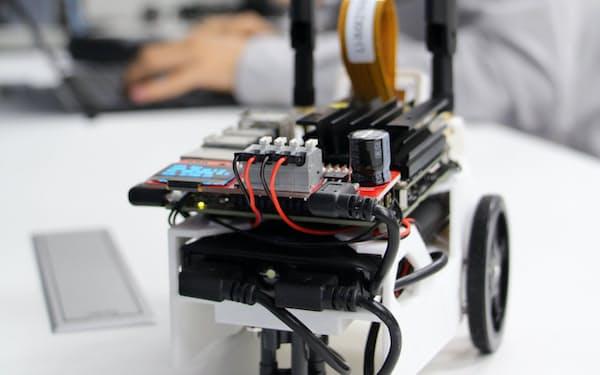 ロボットカーに大量の画像データを与えて学習させる(4日、宇都宮大学)