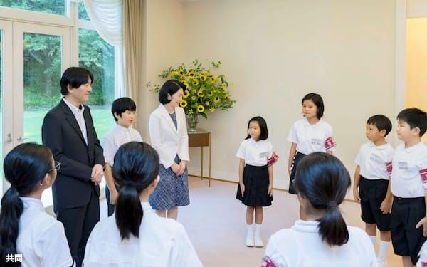 「豆記者」と懇談する秋篠宮ご夫妻と悠仁さま(31日午後、赤坂東邸)=宮内庁提供・共同