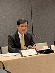 タイでPHV生産を表明した三菱自の益子会長(31日、バンコク)