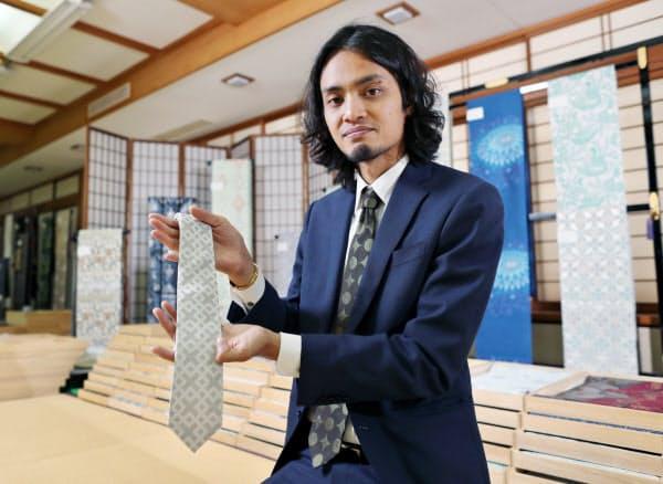 西陣織でネクタイなどを仕立てるMONOHAを起業したタイ人のラッチャタ・スワンシンさん(京都市上京区)