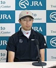 栗東トレーニングセンターで記者会見し、ディープインパクトの思い出を語った武豊騎手=共同