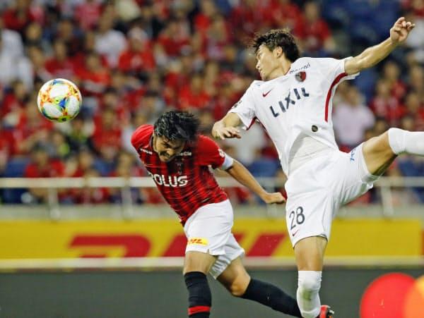 浦和―鹿島 後半、ヘディングで同点ゴールを決める浦和・興梠(左)=共同