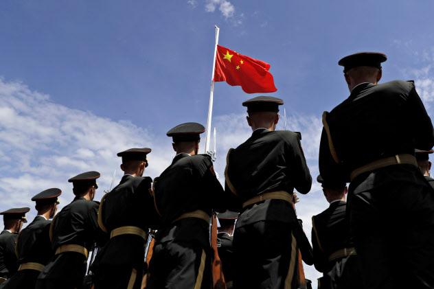 中国の人民解放軍の兵士ら(19年6月、香港)=AP