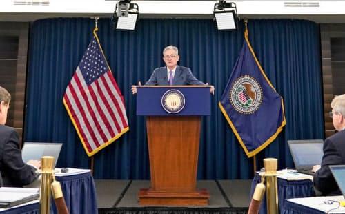 FOMC終了後に記者会見するパウエルFRB議長(31日、ワシントン)=ロイター
