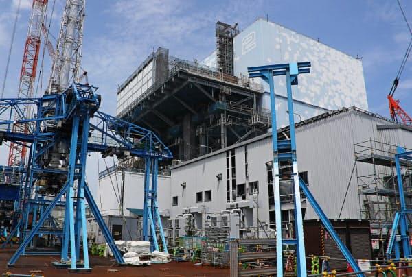 廃炉作業が続く福島第1原発の2号機(7月、福島県大熊町)