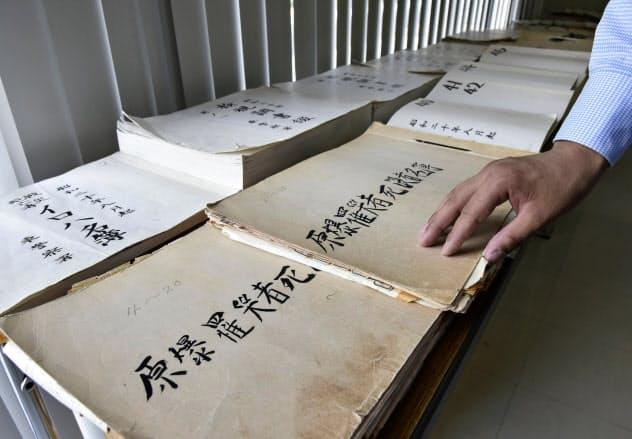 広島国際会議場で公開が始まった「原爆罹災者名簿」(1日午前、広島市)=共同