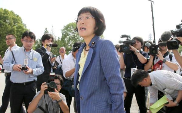 初登院し報道陣に囲まれる自民党の高橋はるみ氏(1日)