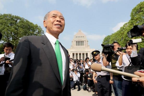 正門から国会に入る日本維新の会の鈴木宗男氏(1日)