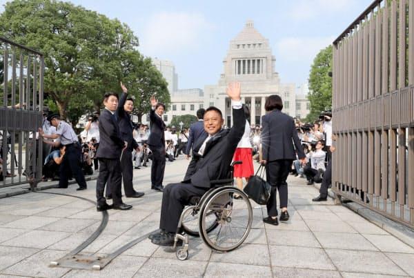正門から国会に入る国民民主党の横沢高徳氏(手前)ら(1日午前)