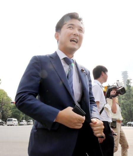 正門から国会に入る公明党の安江伸夫氏(1日午前)