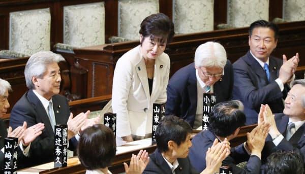 新しい参院議長に選出され、一礼する山東昭子氏(中央)=1日午前