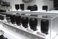 キヤノンなどカメラ大手はミラーレス機に注力している(2月、横浜市の展示会)
