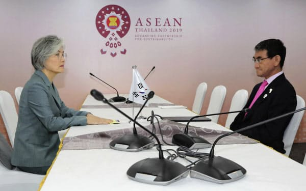 1日、韓国の康京和外相(左)とバンコクで会談する河野外相=AP