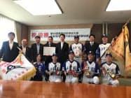 市民感動賞を受賞したJFE東日本硬式野球部の選手ら(千葉市役所)