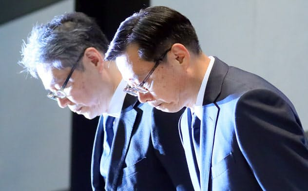 記者会見で謝罪するセブン&アイ・ホールディングスの後藤副社長(右)ら(1日、東京都千代田区)