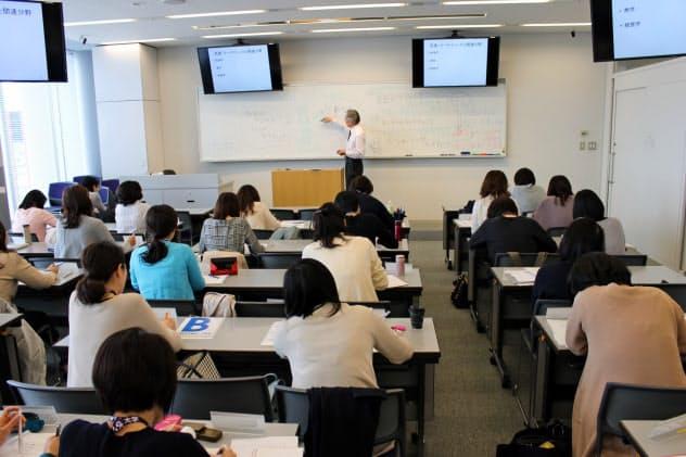 明治大学のビジネス講座の講義風景