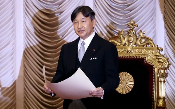 臨時国会の開会式でお言葉を述べる天皇陛下(1日、参院本会議場)