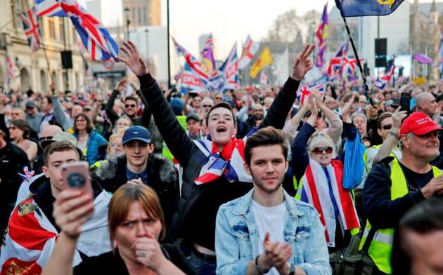3月29日、ロンドンで英国議会の外で英国旗などを掲げるブレクジット賛成派の人たち。楽観主義はいずれ修正を迫られるとの見方も(ロンドン)=ロイター