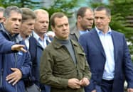 2015年8月に北方領土・択捉島の水産加工場を視察したロシアのメドベージェフ首相(中央)=共同