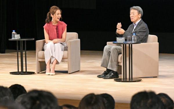 ジャーナリストの池上彰氏(右)とテレビ東京の福田典子アナウンサー