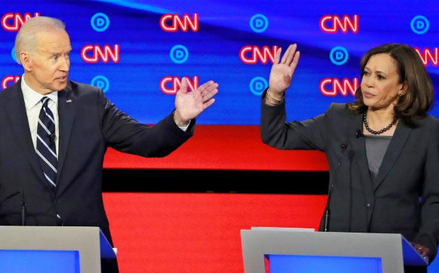 米民主党討論会に出席したバイデン前副大統領(左)とハリス上院議員(31日、米デトロイト)=ロイター