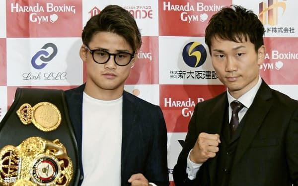 記者会見でポーズをとるWBAライトフライ級スーパー王者の京口紘人(左)と挑戦者の久田哲也(1日、大阪市)=共同