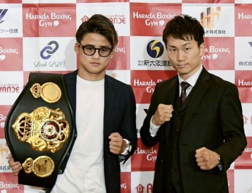 フライ級スーパー王者の京口紘人(左)と挑戦者の久田哲也(1日、大阪市)=共同