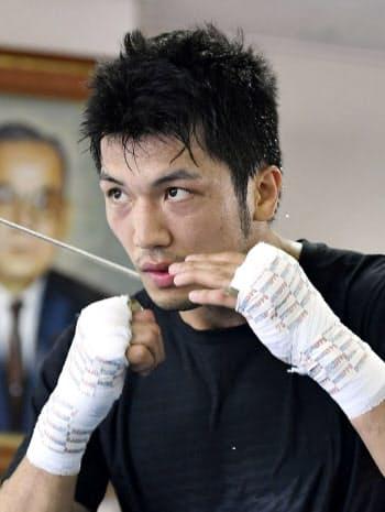 練習を再開し、汗を流すWBAミドル級王者の村田諒太(1日、東京都内のジム)=共同