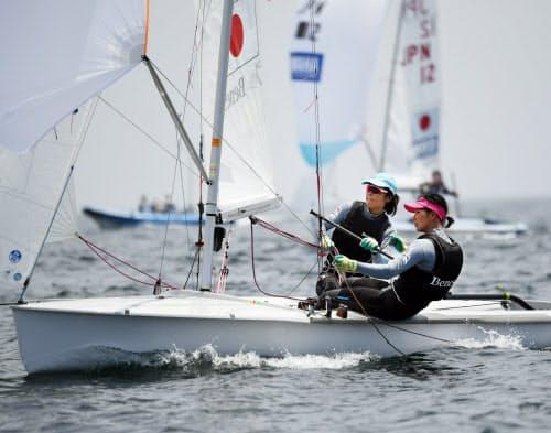 スキッパーの吉田がかじ取りを担い、クルーの吉岡(右)は体を大きく外に傾けて艇のバランスを保つ(神奈川・江の島沖)