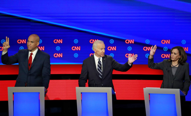 医療保険などで論争するバイデン前副大統領(中)とハリス上院議員(右)(7月31日)=ロイター